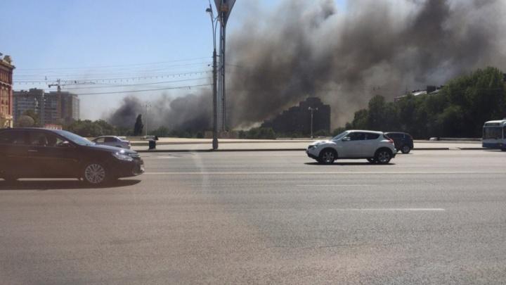 Огонь охватил целый квартал на улице Нижегородской