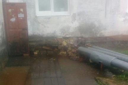 «Фонтан» горячей воды забил в поселке Цигломень