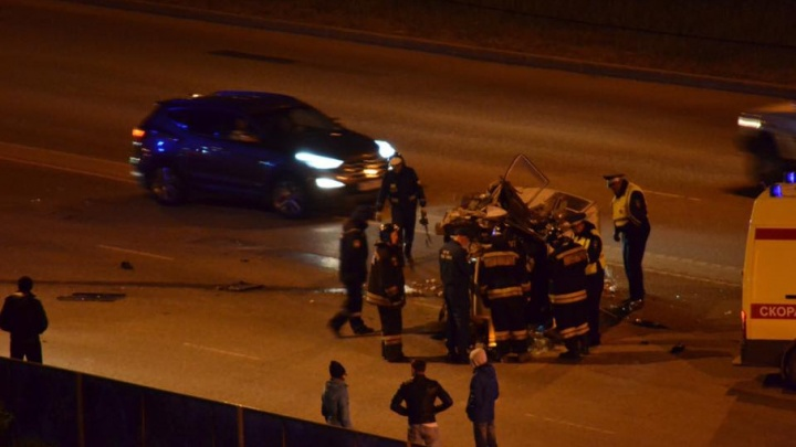 Микроавтобус, снесший столб и перевернувшийся на Университетской набережной, попал на видео