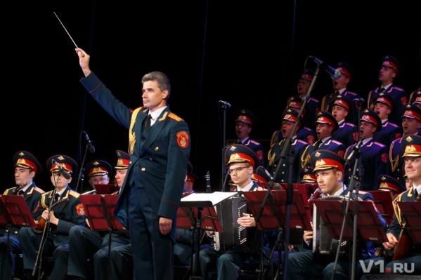Артисты государственного ансамбля поздравили ветеранов «Яблочком»