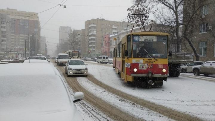 Из-за сошедшего с рельсов трамвая в центре Ростова образовалась пробка