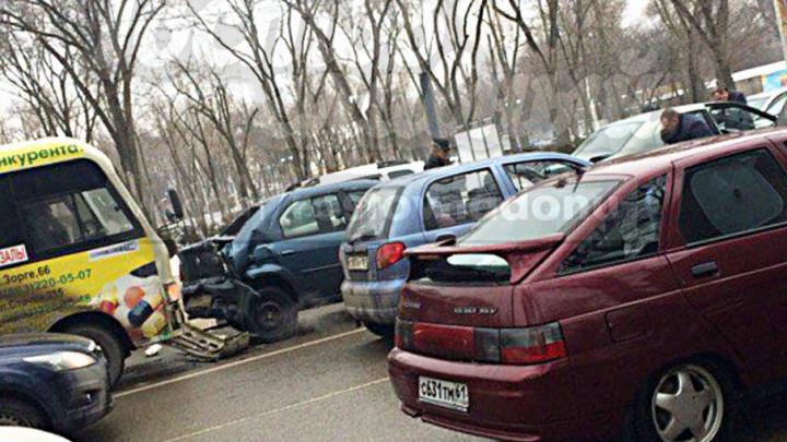 В Ростове произошло массовое ДТП с участием маршрутки и пяти легковушек
