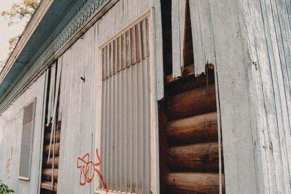 Сейчас в здании заколочены окна и двери, а стены украшают граффити