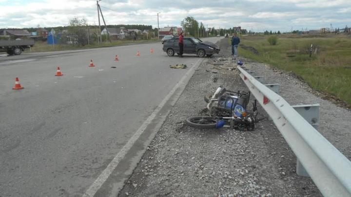 Скутерист в возрасте столкнулся с машиной на трассе под Чебаркулем