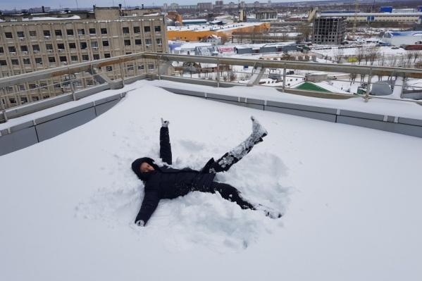 Некогда грустить! Скорее ныряйте в снег!