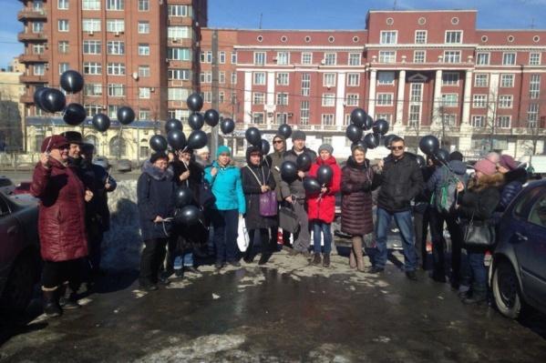 Дольщики устроили акцию и с чёрными шарами отправились в штаб президента