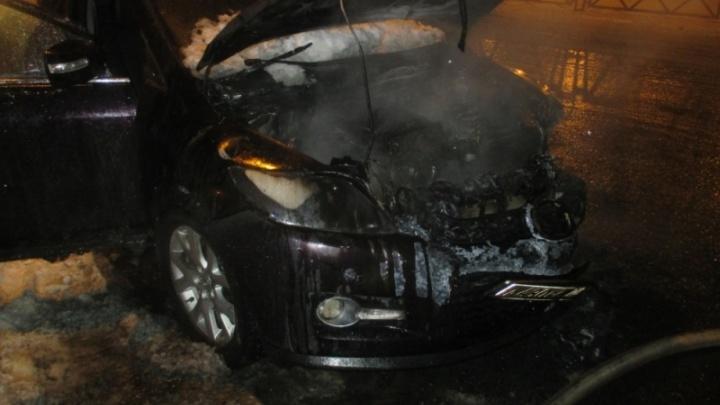 На Московском проспекте в Ярославле сгорел кроссовер «Мазда»