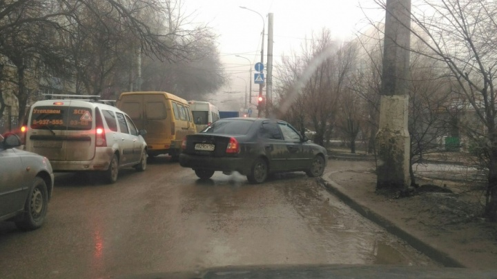 В Волгограде девушка за рулем припарковалась посреди проезжей части