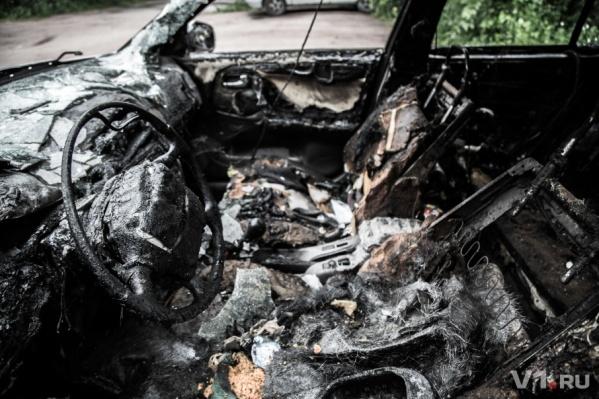 Злоумышленника, который спалил машину, ищет полиция