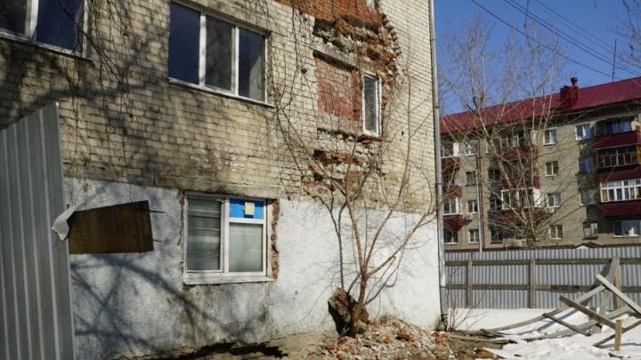 Что происходит с пятиэтажкой на Геологоразведчиков, откуда экстренно эвакуировали людей: разглядываем опасный дом