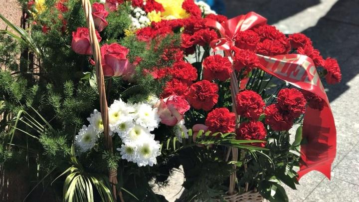 В преддверии 9 Мая жители Самары возложили цветы к горельефу «Скорбящей Матери-Родине»