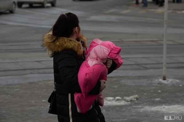 Средний возраст женщин, родивших детей в Свердловской области, 29 лет.