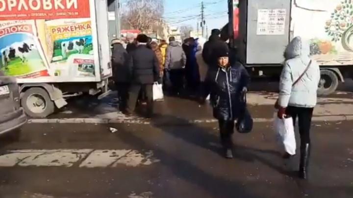 Жители Безымянки попросили убрать автолавки у метро