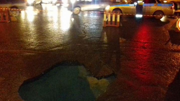 В Ярославской области две машины провалились под асфальт