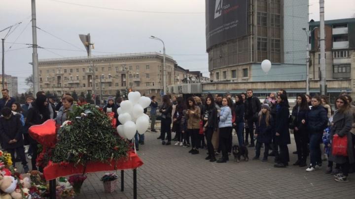 Помним, скорбим: ростовчане запустили в небо белые шары в память о погибших в Кемерово