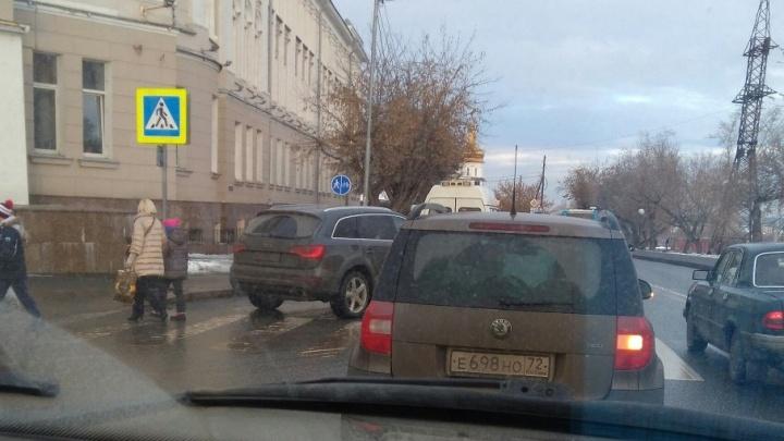 На пешеходном переходе у ТИУ водитель Audi сбила тюменку, у пострадавшей тяжелые травмы