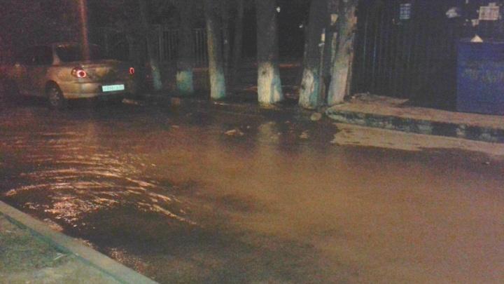 Двор в Краснооктябрьском районе Волгограда из-за прорыва трубы превратился в бассейн