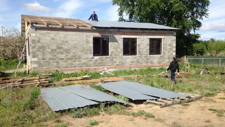 Дом в посёлке АМЗ, на который пожаловались соседи, начали сносить