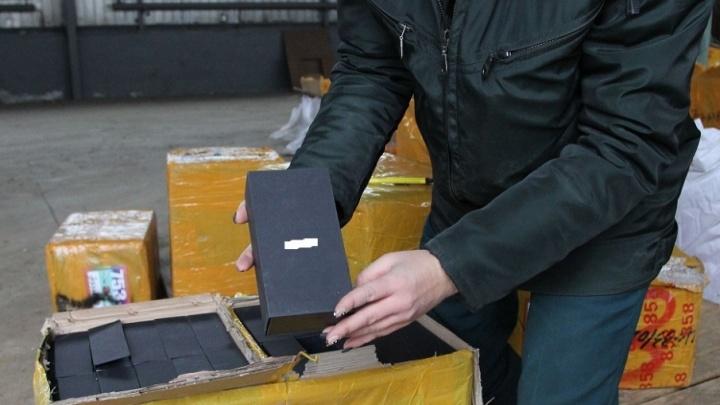 Gucci и iPhone: сотрудники самарской таможни задержали 80 тысяч поддельных сумок и телефонов