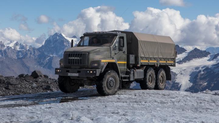 На Эльбрус через пустыню: военные устроили экстремальный тест-драйв южноуральских машин