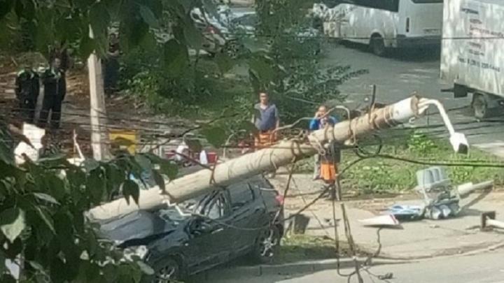 Въехала в столб: в Челябинске после ДТП из машины достали мужчину в судорогах
