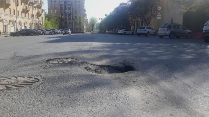Дорога на улице Мира в центре Волгограда «ушла в себя»