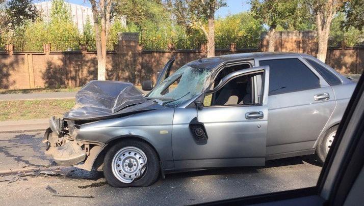 Капот разнесло на части: на Московском шоссе «Приора» врезалась в трактор