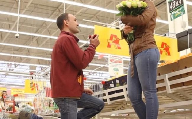 В тюменском «Ашане», в самолете и во время хоккейного матча: вспоминаем необычные предложения пожениться