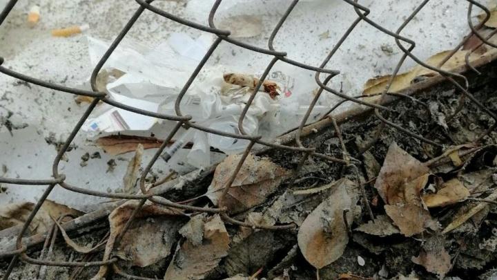 В Тюмени во время прогулки в детсаду воспитанники играли с использованными шприцами