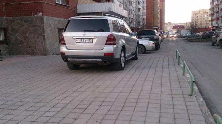 «Я паркуюсь, как...»: тюменские автохамы перегораживают проезды во дворах и ставят машины под окна