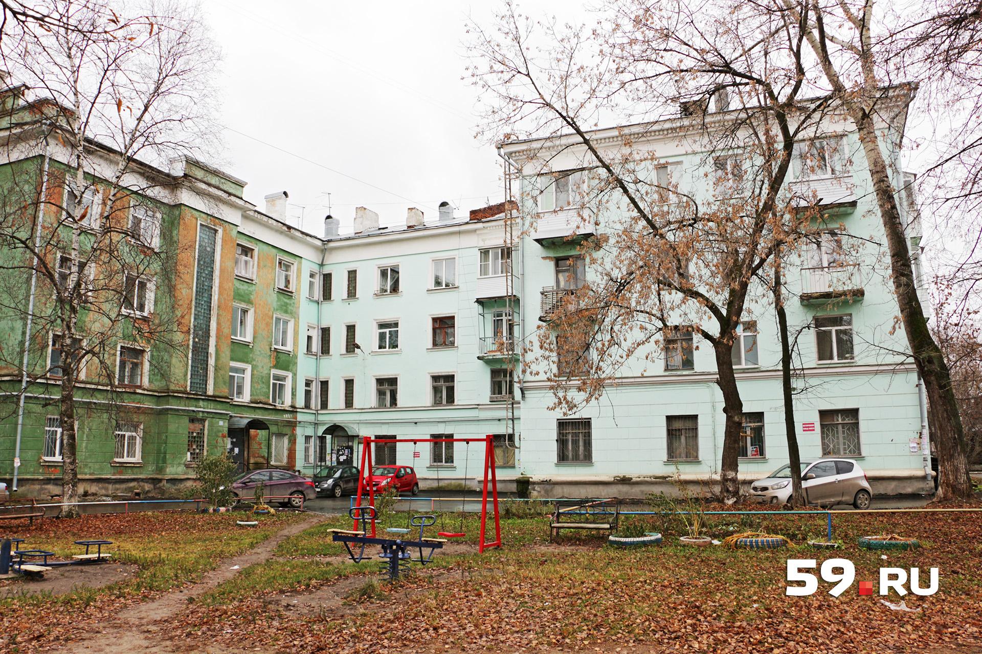 Правое и левое крылья здания достраивали после войны