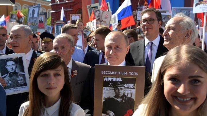 Тюменец Геннадий Иванов в третий раз пронес портрет своего отца по Москве, шагая рядом с президентом