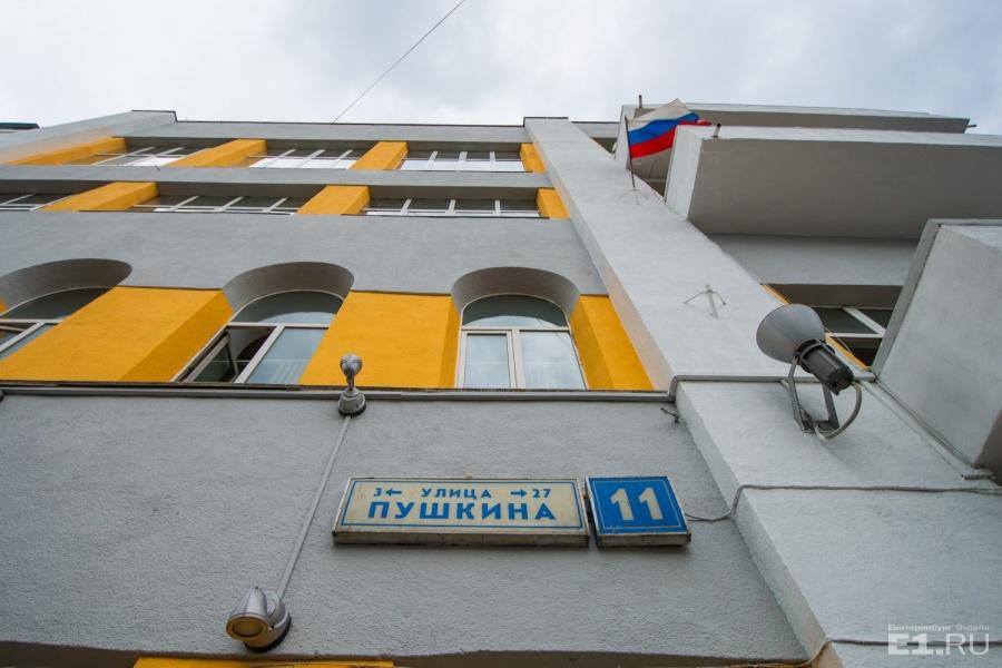 Если внимательно посмотреть, то можно увидеть, что окна первых двух этажей здания, которое выходит на Пушкина, совсем другие — полукруглые.