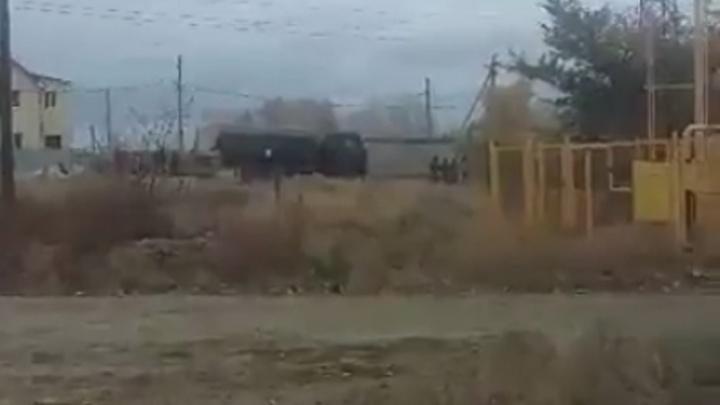 «Вежливые люди» роют окопы вдоль дороги под Волгоградом