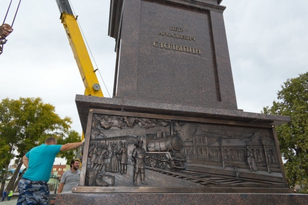 Скульптура, барельефы и буквы – всё выполнено из бронзы