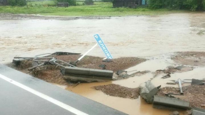 Понтонный мост, насыпи и ремонтные работы: в Прикамье устраняют последствия многодневных дождей
