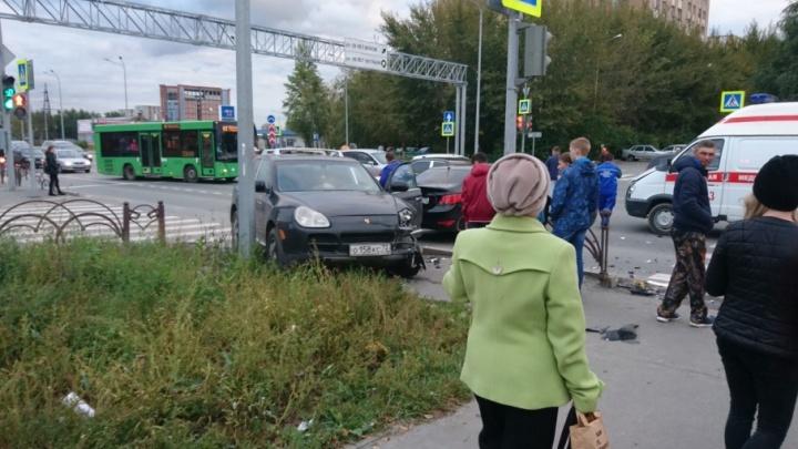 На  Воровского столкнулись три иномарки: с травмами головы в больницу уехали женщина и маленький ребенок