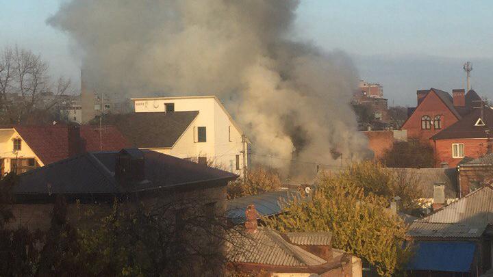 В Нахичевани горит частный дом: пострадала женщина