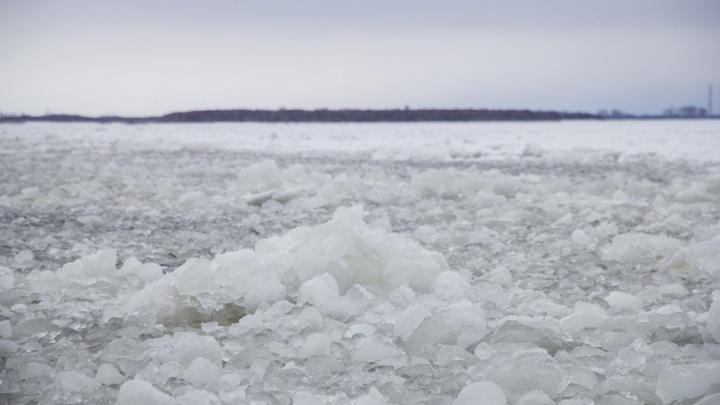 Двое рыбаков провалились на каракате под лед в Никольском рукаве