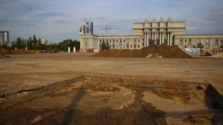 На площади Куйбышева начали срезать старое покрытие