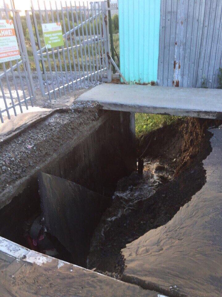 Обломки асфальта пробили трубы – микрорайон остался без воды