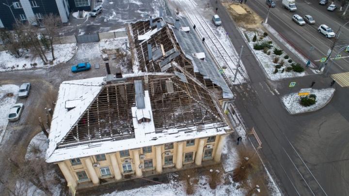В Волгоградском областном тубдиспансере меняют кровлю под снегом