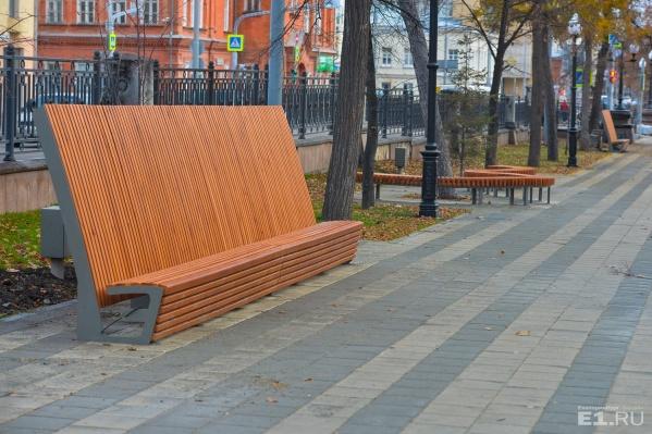 Такие скамейки появились на обновлённой аллее на Ленина совсем недавно.