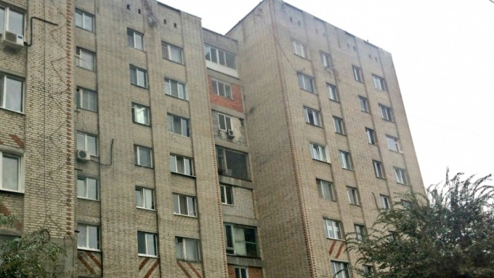 Тюменец после ссоры с беременной женой упал из окна 8-го этажа
