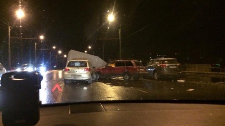 Семь машин перебили друг друга на мосту в Рыбинске