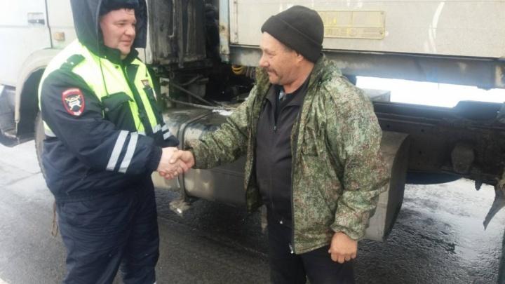 Тюменские водители сообща помогли дальнобойщику, застрявшему в снегу
