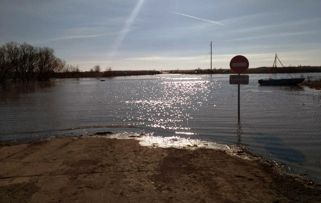 Мост в Пестравском районе ушел под воду на три метра