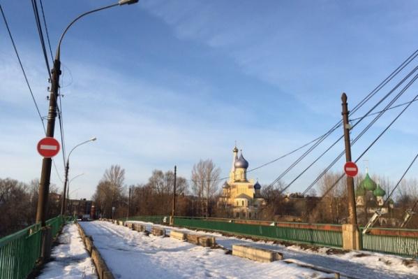 Мост через Которосль сейчас закрыт для проезда