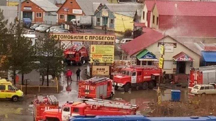 Утром в Тюмени сгорели кафе и шиномонтажка