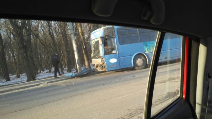 В Ростове на Шолохова пассажирский автобус врезался в столб